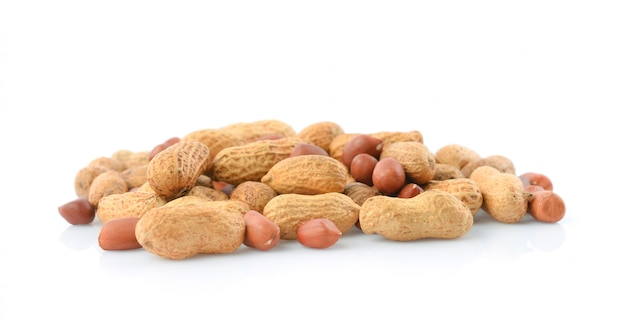 Amendoim isolado no fundo branco. Foto Premium