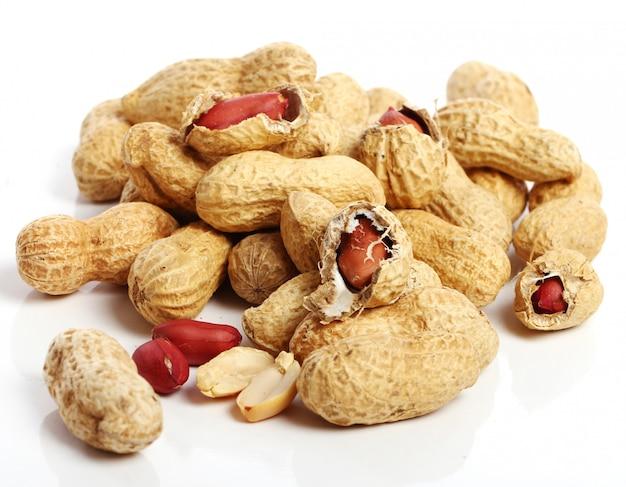 Amendoins frescos em branco Foto gratuita