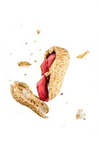 Amendoins inteiros e abertos Foto Premium