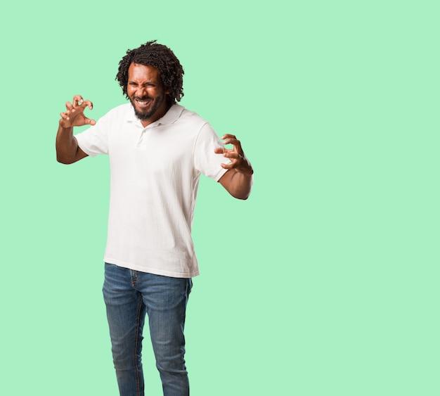 Americano africano considerável muito irritado e virado, muito tenso, gritando furioso, negativo e louco Foto Premium