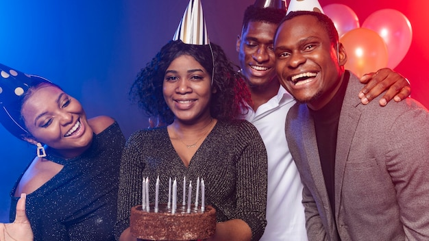 Amigo de vista frontal e bolo de feliz aniversário Foto gratuita