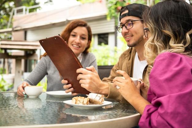 Amigo tomando café juntos no terraço Foto gratuita