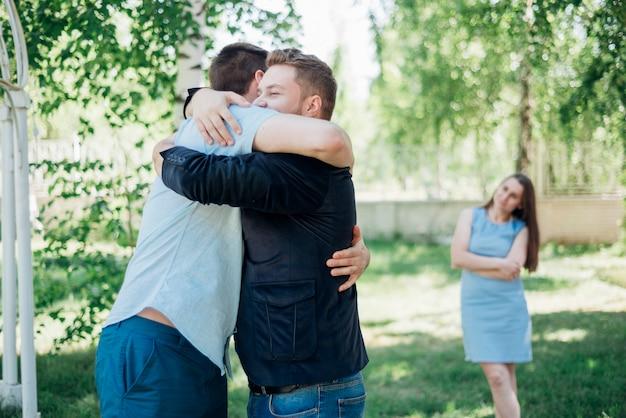 Amigos, abraçando, em, floresta vidoeiro Foto gratuita