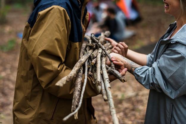 Amigos, acampamento, em, a, floresta, junto Foto Premium