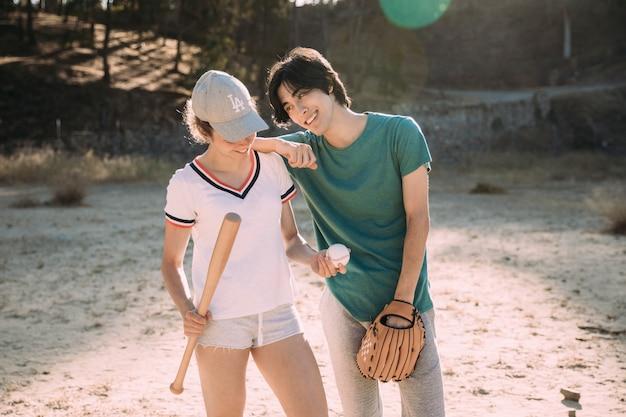 Amigos adolescentes multiétnicas, desfrutando de jogo de beisebol Foto gratuita