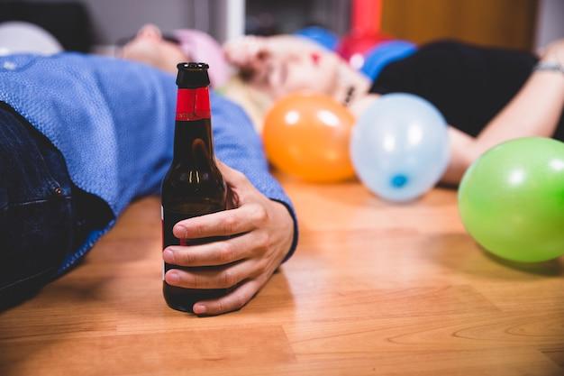 Amigos bêbados após a festa Foto gratuita