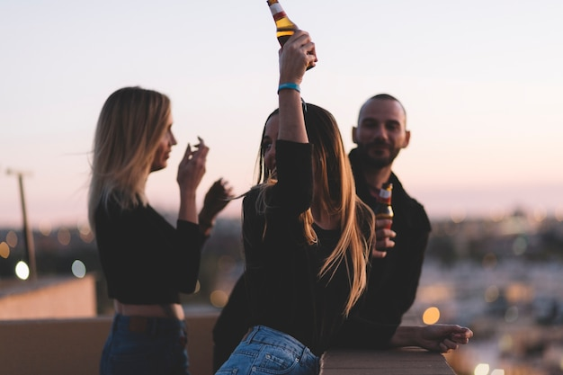 Amigos, bebendo, cerveja, ligado, telhado Foto gratuita