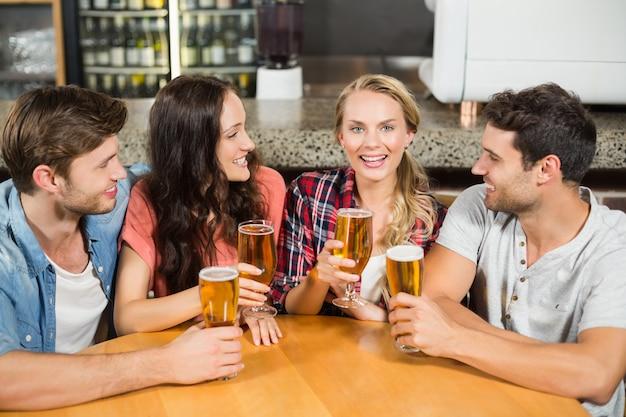 Amigos bebendo cerveja Foto Premium