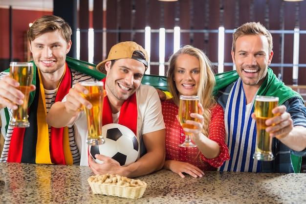 Amigos brindando com cervejas Foto Premium
