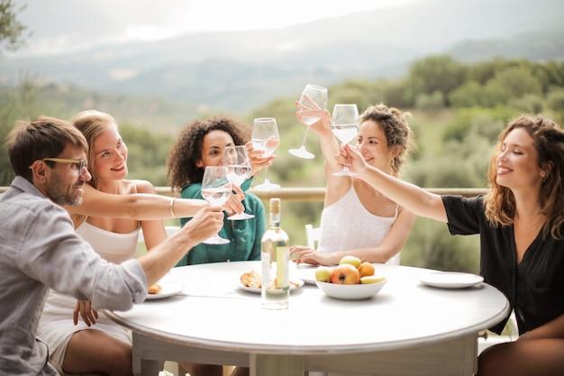 Amigos brindando em um dia de verão Foto Premium