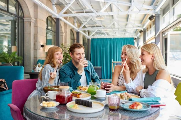 Amigos caucasianos alegres passando um tempo juntos Foto Premium