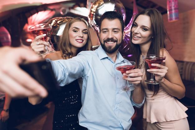 Amigos, celebrando, em, luxo, boate Foto Premium