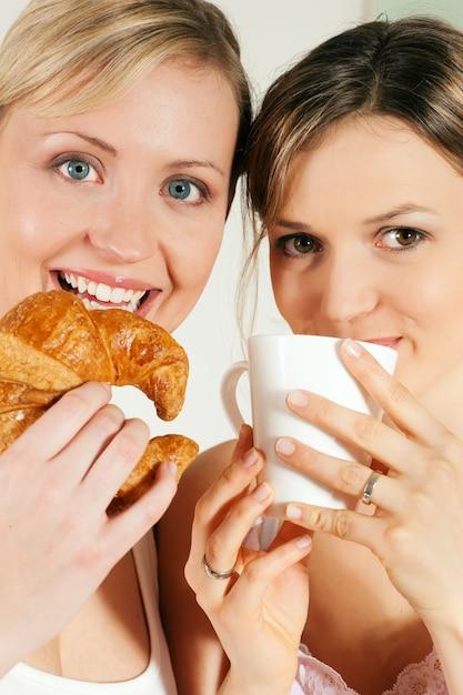 Amigos com café e croissant Foto Premium