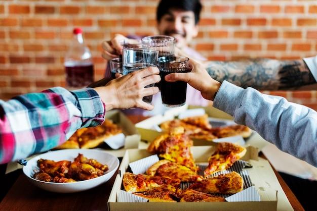 Amigos, comendo pizza, junto, casa Foto Premium