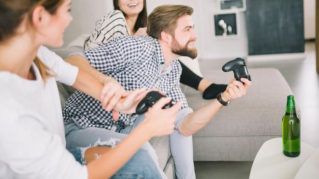 Amigos competitivos que gostam de videogame na festa Foto gratuita