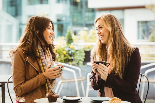 Amigos conversando sobre café no café Foto Premium