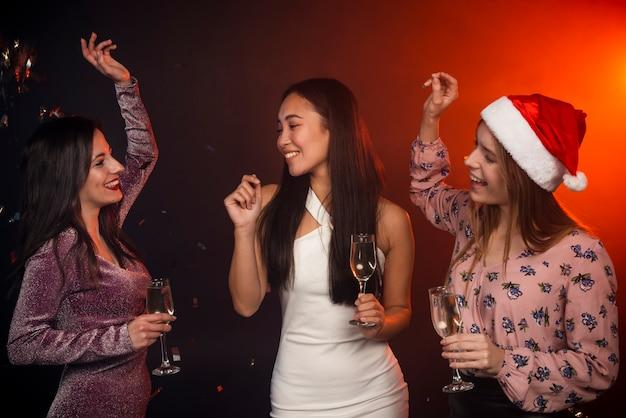 Amigos dançando na festa de ano novo Foto gratuita