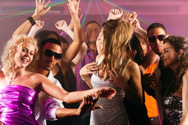 Amigos dançando no clube ou discoteca Foto Premium
