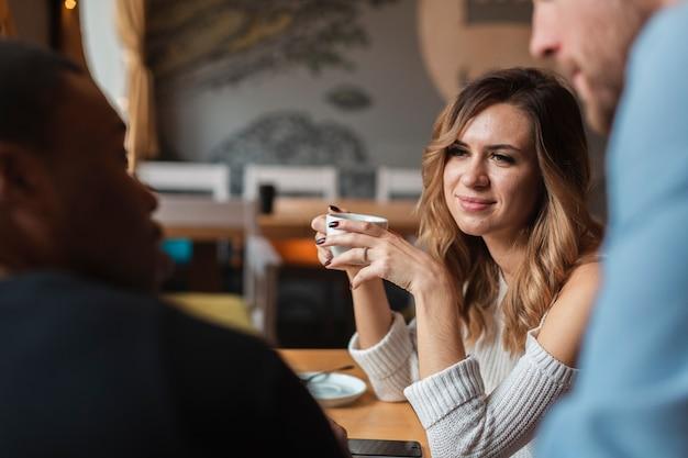 Amigos de alto ângulo, bebendo café Foto gratuita