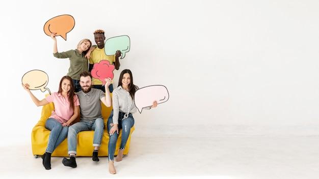Amigos de cópia-espaço no sofá com bolha de bate-papo Foto Premium