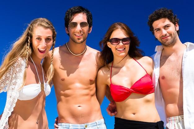 Amigos de férias de praia no verão Foto Premium