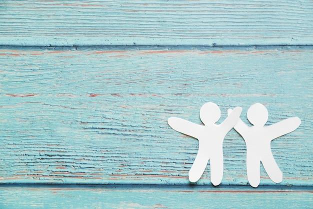 Amigos de papel no fundo azul Foto gratuita
