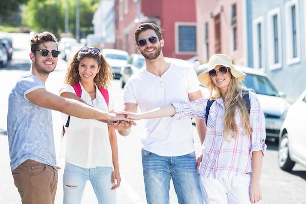 Amigos do quadril juntando as mãos na cidade Foto Premium