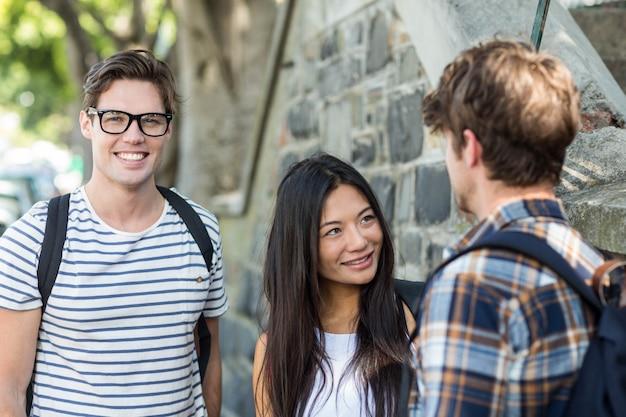 Amigos do quadril na rua falando na cidade Foto Premium
