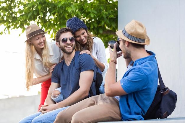 Amigos do quadril tirando fotos nas ruas Foto Premium