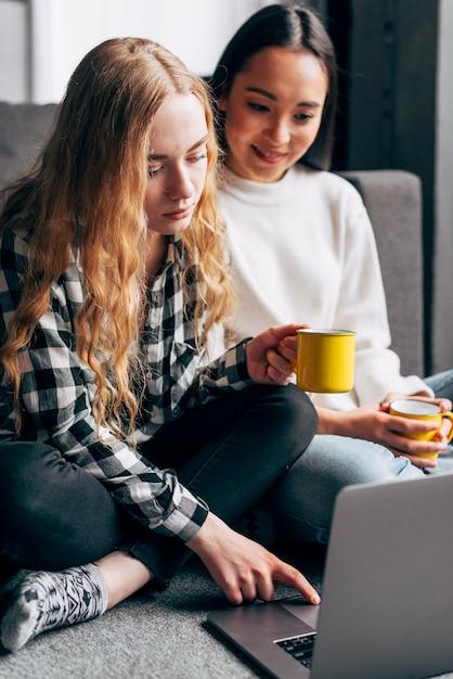 Amigos do sexo feminino assistindo filme no laptop Foto gratuita