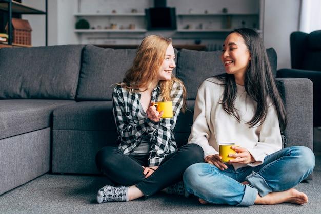 Amigos do sexo feminino bebendo chá juntos Foto gratuita