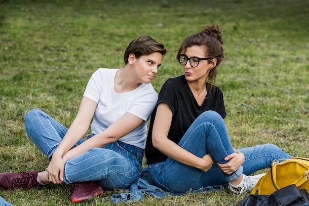Amigos do sexo feminino fazendo caretas no parque Foto gratuita