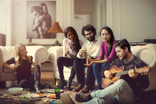 Amigos em um ficar juntos em casa Foto Premium
