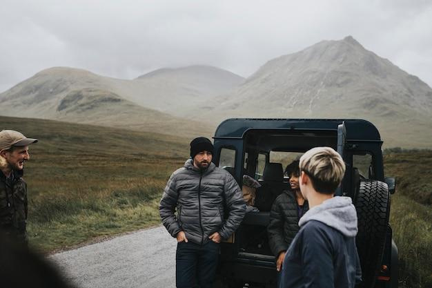 Amigos em uma viagem pelas terras altas Foto Premium