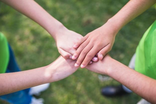 Amigos, empilhando suas mãos, junto Foto gratuita
