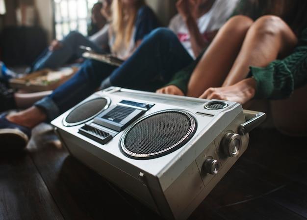 Amigos, escutar música Foto Premium