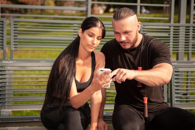 Amigos esportivos olhando para celular Foto gratuita