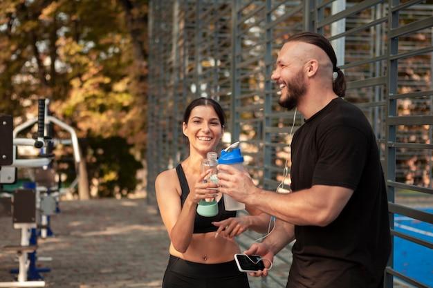Amigos esportivos quebram para se hidratar Foto gratuita