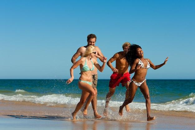 Amigos, executando, ligado, praia, férias Foto Premium