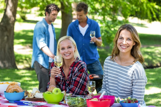 Amigos, fazendo um piquenique com vinho e churrasco Foto Premium