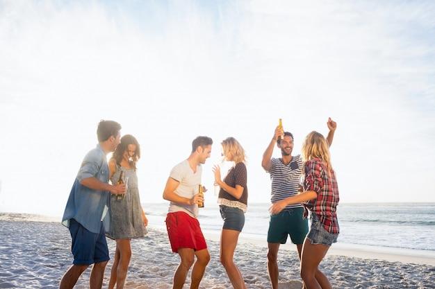 Amigos felizes dançando juntos Foto Premium