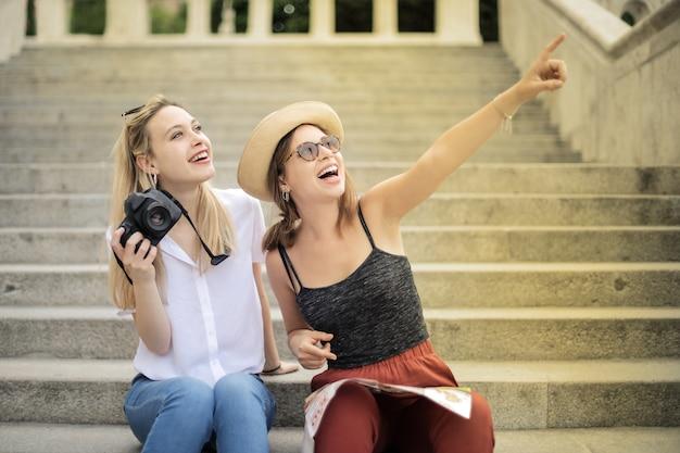 Amigos felizes em um passeio pela cidade Foto Premium