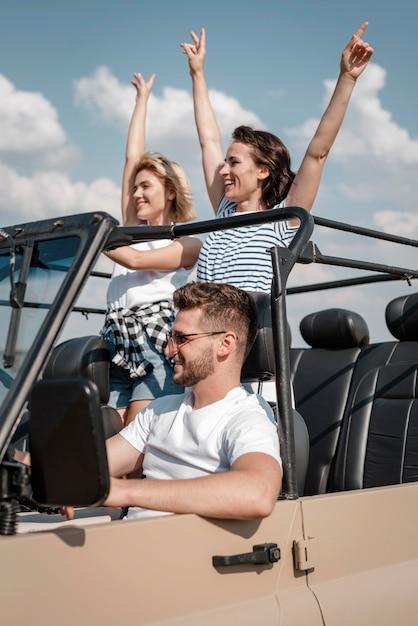 Amigos felizes viajando de carro juntos Foto gratuita