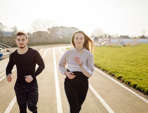 Amigos fitness treinamento juntos ao ar livre vivendo ativo saudável Foto gratuita