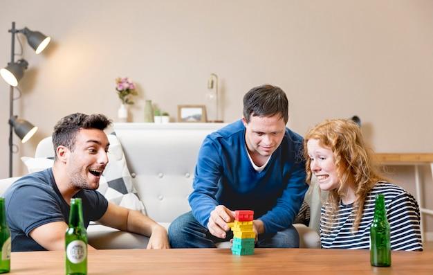 Amigos jogando e tomando cerveja em casa Foto gratuita