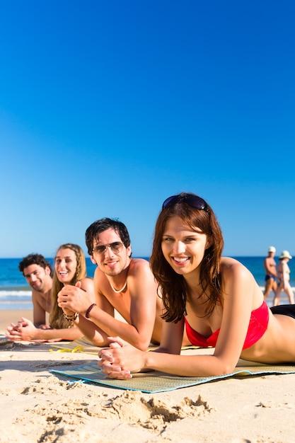 Amigos, ligado, praia, férias, em, verão Foto Premium