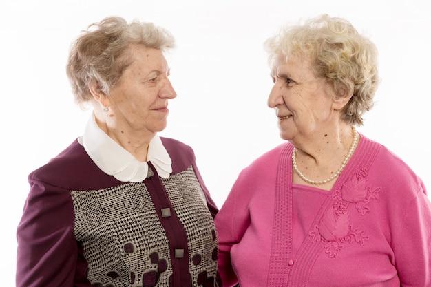 Amigos mais velhos abraçam e riem Foto Premium