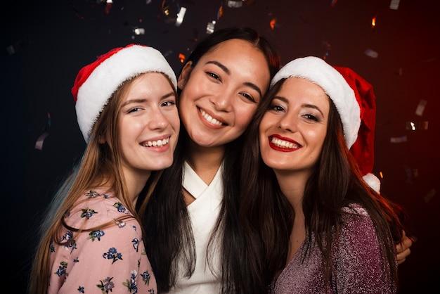 Amigos na festa de ano novo posando Foto gratuita