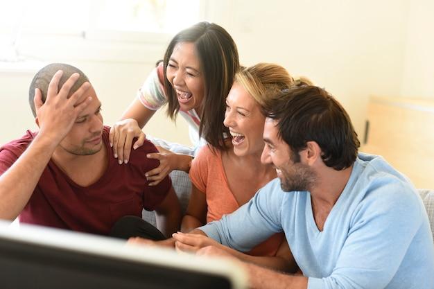 Amigos na frente do jogo assistindo tv Foto Premium