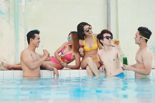 Amigos na piscina Foto gratuita